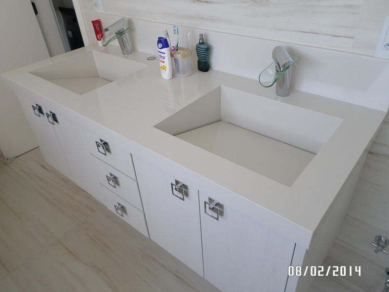 Bancada para lavatório com cubas esculpidas